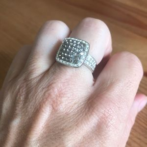 Jewelry - Clear&gray faceted crystal fashion ring.